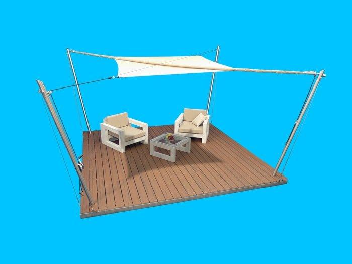Eine Sonnensegel-Lounge mit halb ausgerolltem Sonnensegel.