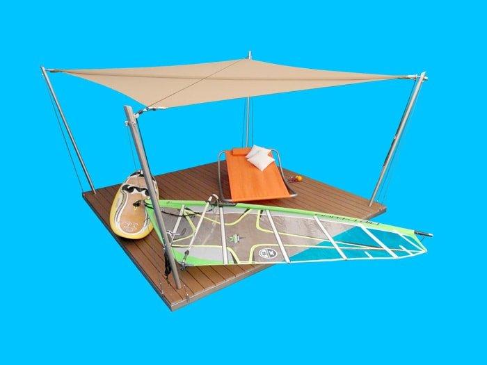 Eine Sonnensegel-Lounge mit ockerfarbenem Segelgewebe.