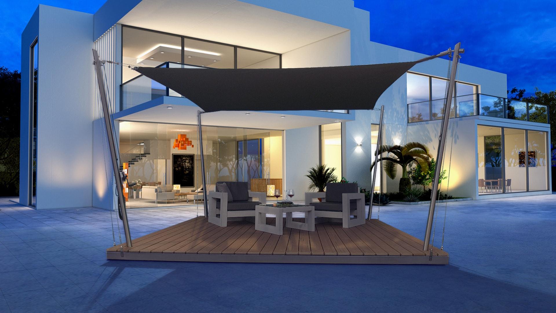 Eine Sonnensegel-Lounge vor einem Wohnhaus.