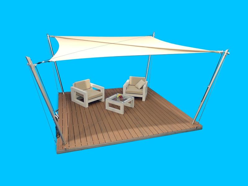 Eine Sonnensegel-Lounge mit vollstänidig ausgerolltem Sonnensegel.