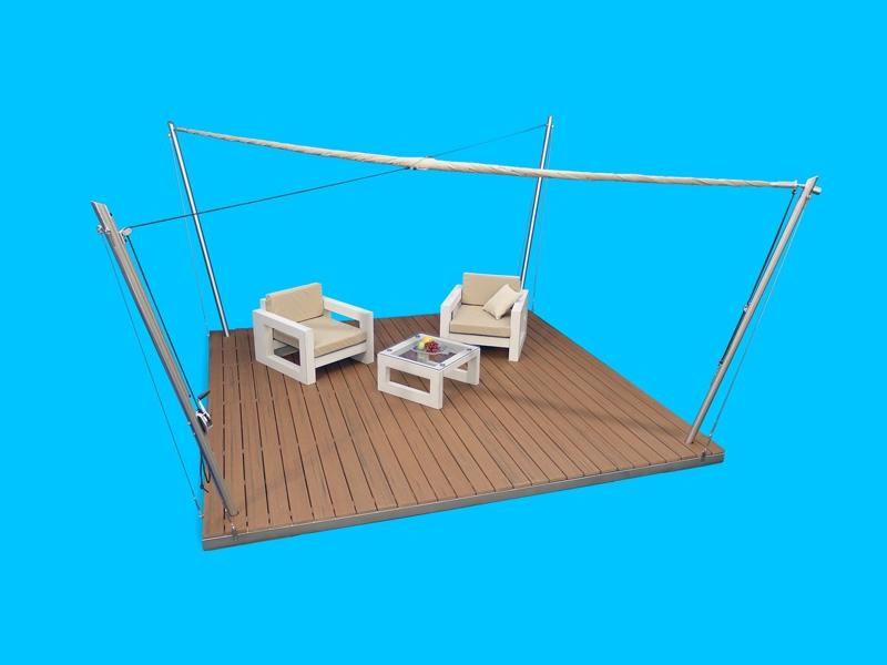 Eine Sonnensegel-Lounge mit eingerolltem Sonnensegel.