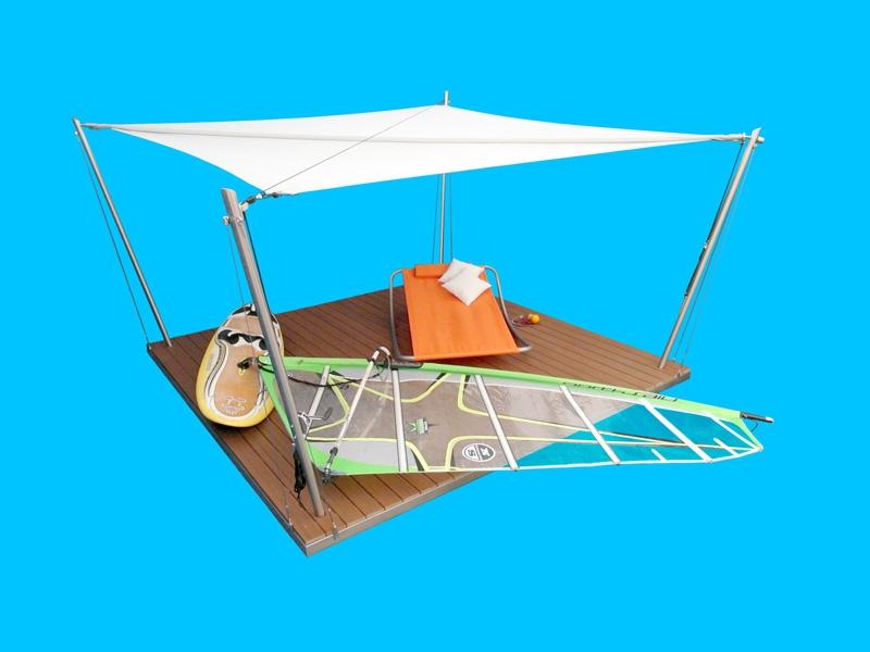 Eine Sonnensegel-Lounge mit austernfarbenem Segelgewebe.