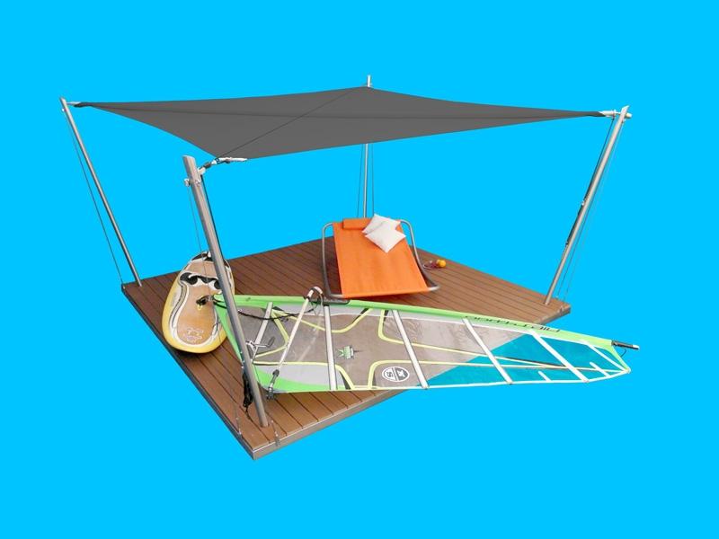 Eine Sonnensegel-Lounge mit anthrazitfarbenem Segelgewebe.